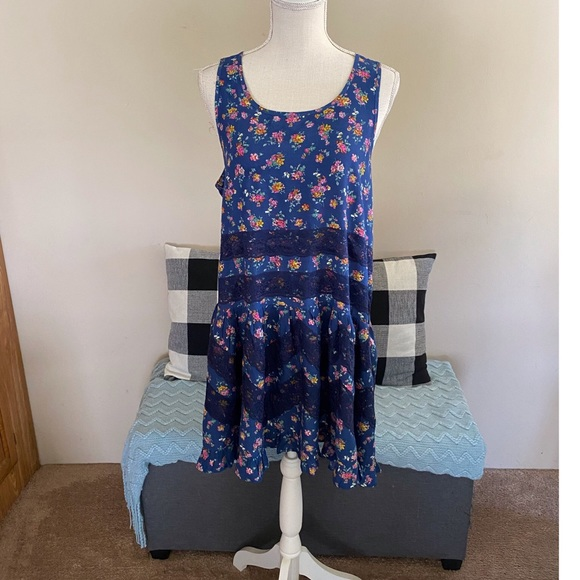 Logo Tiered Floral Tunic Top Size 16